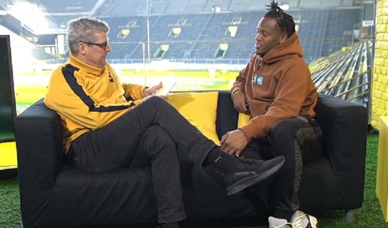 Batshuayi op de sofa met Norbert Dickel.