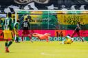 Nasser El Khayati passeert Justin Bijlow en zet ADO op 3-1 tegen Feyenoord.