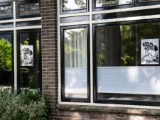 Huis aan huis hangen de posters in Hees: 'Deze stinkfabriek maakt onze buurt doodziek'