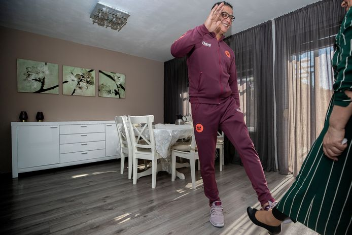 Habri Attsouli bezoekt iedere dag  zijn zus Rachida die niet zo goed Nederlands spreekt. Hij houdt haar op de hoogte van de corona-perikelen. Elke dag begroeten ze elkaar met een voet.