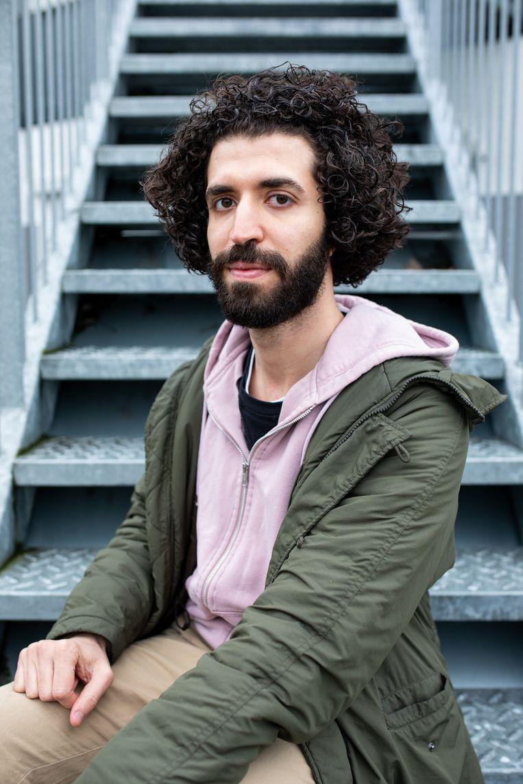 Portret van Sherif op de trap naar zijn woning in Asielzoekerscentrum Willinklaan. Beeld Farouk Ebaiss en Nosh Neneh