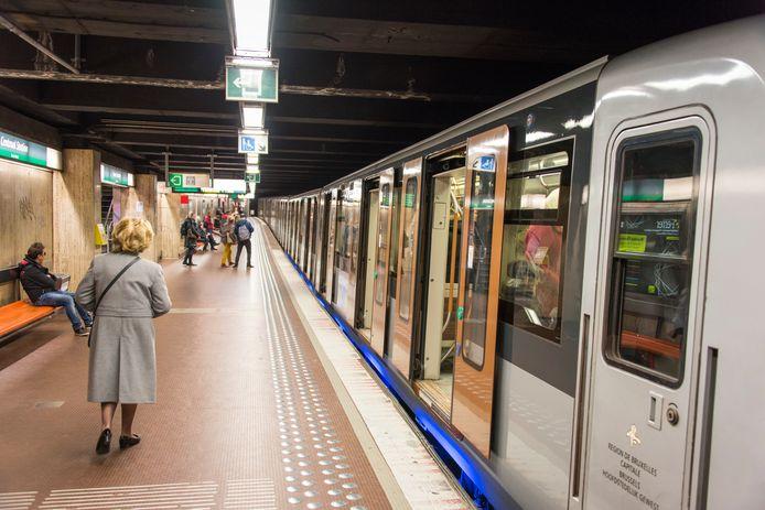 Nog snel tussen de deuren van de metro springen: geen goed idee.