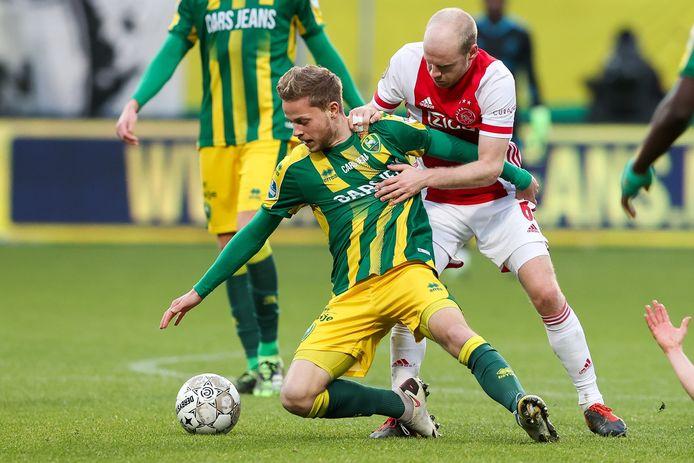 Dante Rigo (l.) in duel met Ajax-middenvelder Davy Klaassen op 20 december, de laatste keer dat hij in actie kwam bij ADO Den Haag.