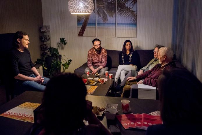 Een archieffoto van een huiskamerbijeenkomst van de SP in 2016 toen alles nog koek en ei was. Met links Bas Maes en in het midden op de bank naast elkaar Dirk Uijl en Boi Boi Huong.