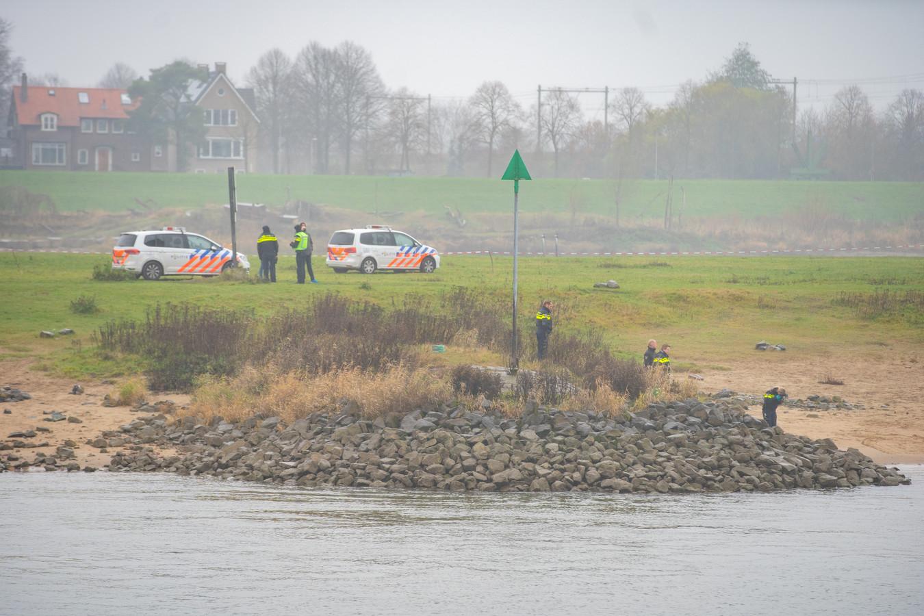 De politie heeft het lichaam naar de kant gehaald en doet onderzoek.