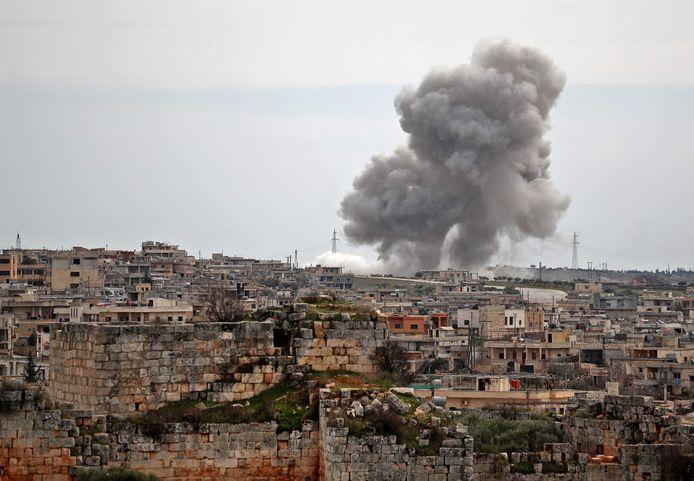 Rookpluimen na een Russische luchtaanval op al-Bara, vandaag in het zuiden van de provincie Idlib.