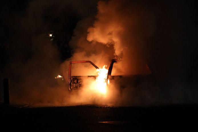 De in brand staande auto.
