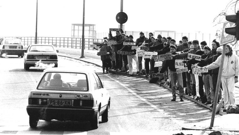 Het delen van auto's wordt steeds populairder. Bij de Uitvalsweg in Groningen staat in de jaren '80 regelmatig een legertje lifters klaar. Toen was het delen van een rit meer de norm. Voor de automobilist in de Ford is het moeilijk kiezen. Beeld anp