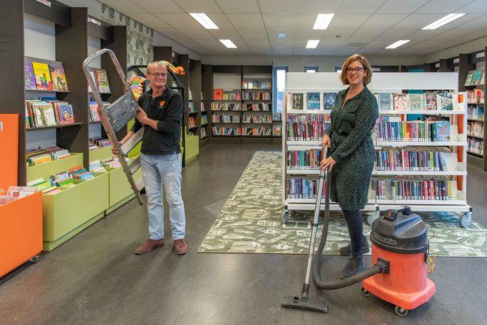 Henny de Groen (met trap) en Irma Schout in de bibliotheek in Sint-Annaland.