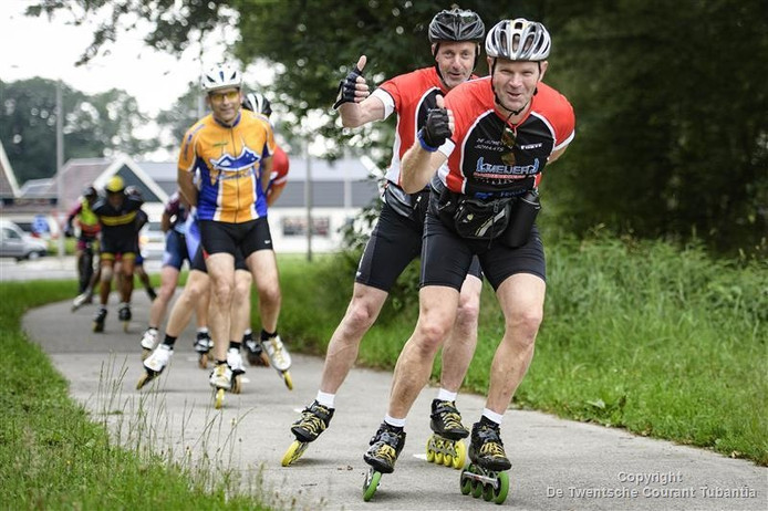 Deelnemers aan de 100 kilometer skeelertoertocht vanuit Vriezenveen.