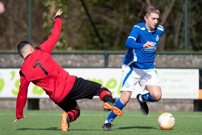 Dani Schmitz in het blauw van SO Soest. De aanvaller wisselde de laatste jaren vaak van club, maar keert nu terug bij Nunspeet.
