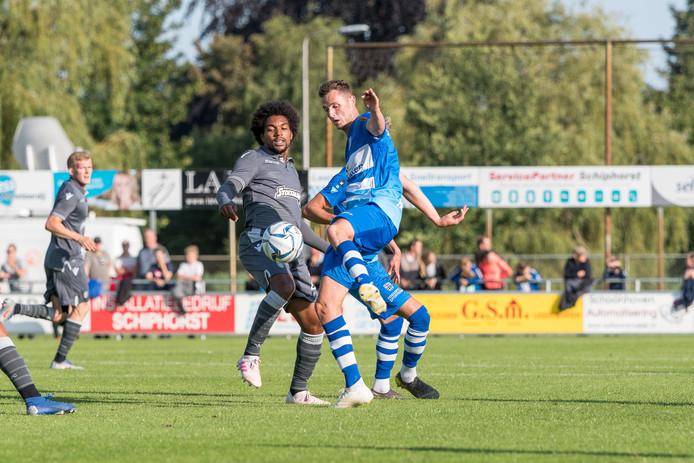 De Amsterdammer Diego Biseswar namens PAOK in duel met PEC-middenvelder Clint Leemans.