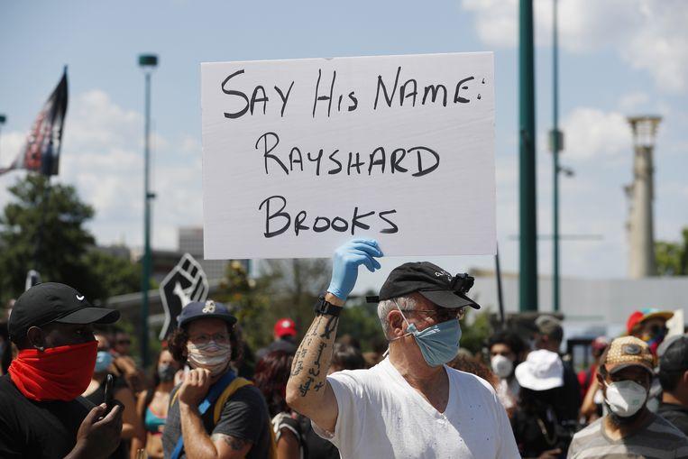 Sinds zaterdagmiddag zijn er protesten in Atlanta naar aanleiding van de dood van Rayshard Brooks. Beeld EPA