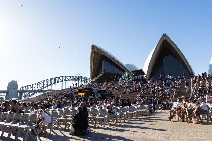 Mensen genieten van een festival onder het beroemede Opera House in Sidney.