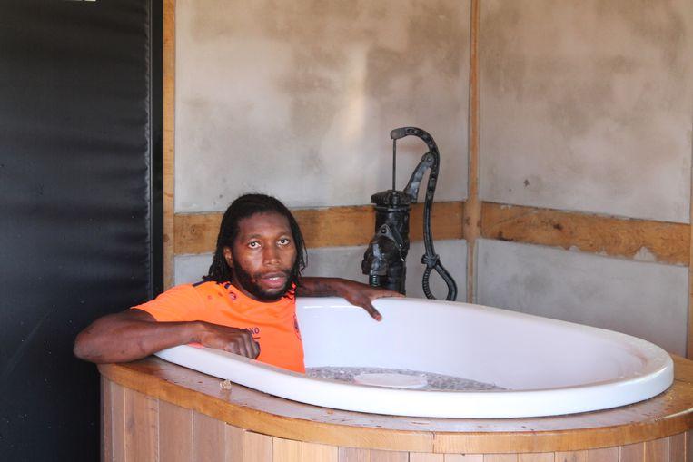 Mbokani koelt de spieren af in een ijsbad.