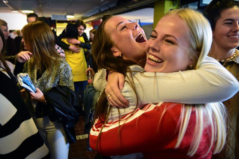 Geslaagde leerlingen van het Lodewijk College in Terneuzen feliciteren elkaar. Beeld Marcel Van Den Bergh