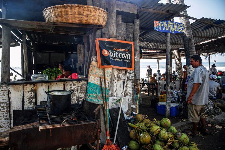 In deze strandbar in La Libertad worden bitcoins aanvaard. In het arme El Salvador heeft 70 procent van de bevolking geen toegang tot het traditionele betaalverkeer. Beeld REUTERS