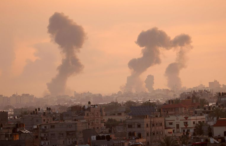 Rook stijgt op vanaf de Gazastrook na een Israëlische aanval. Beeld AFP