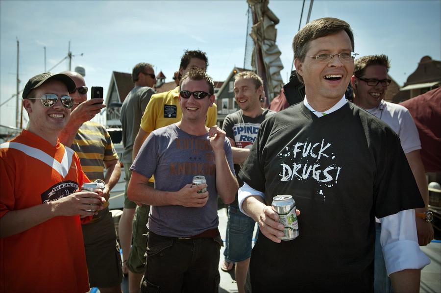 Jan Peter Balkenende drinkt een biertje met een groep jongens op een zeilboot in Volendam.