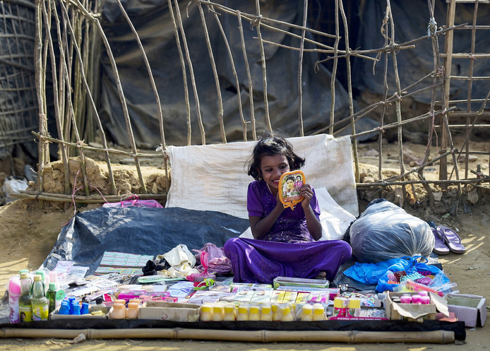 Een Rohingya vluchteling doet wat lipstick op in het kraampje waarin zij wat spullen probeert te verkopen bij het vluchtelingenkamp in Kutupalong in Bangladesh. Foto Munir Uz Zaman
