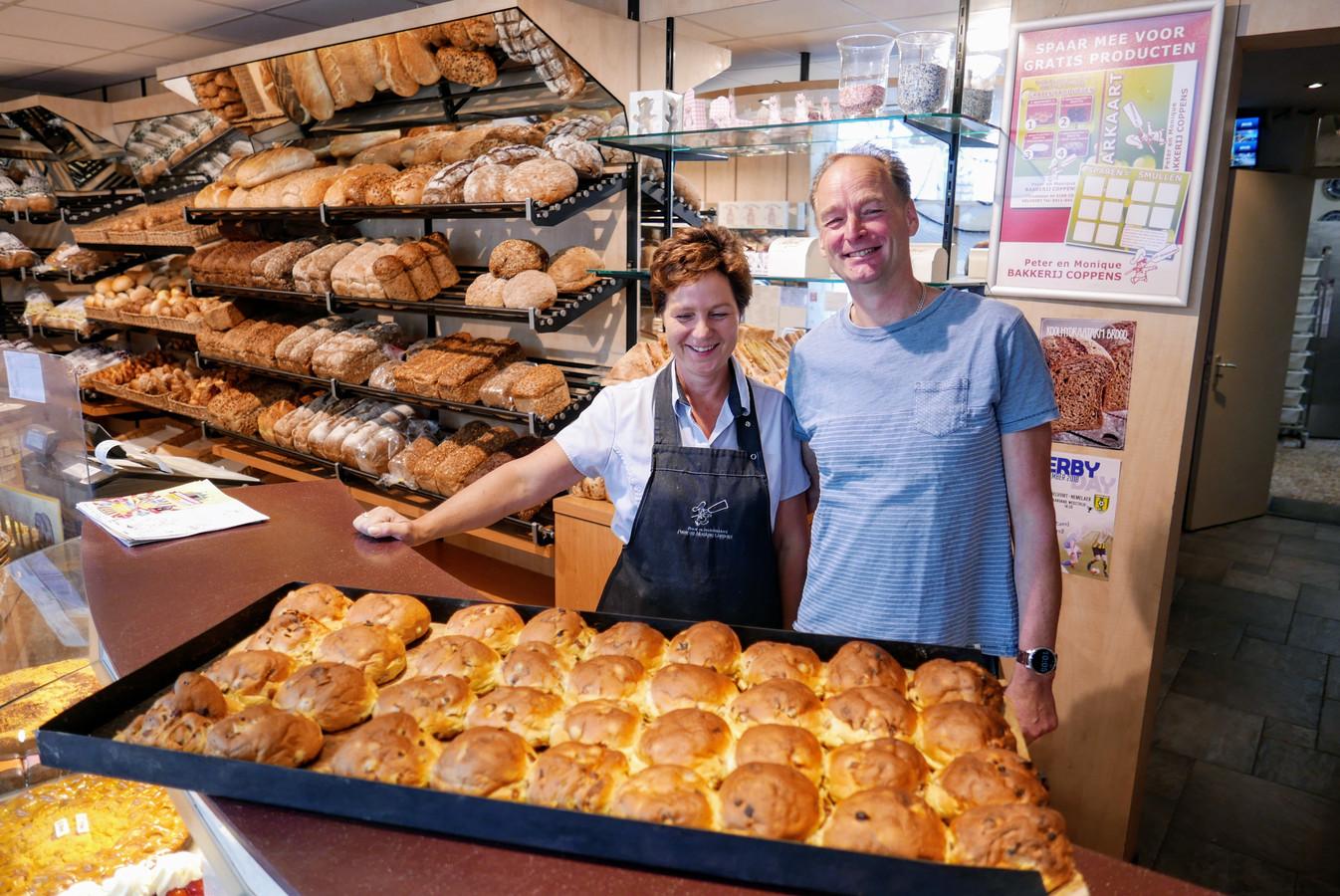 Monique en Peter Coppens van de gelijknamige bakkerij in Helvoirt: de krentenbollen konden vanochtend ondanks de stroomstoring van een uur toch gemaakt worden. Maar op het nippertje.