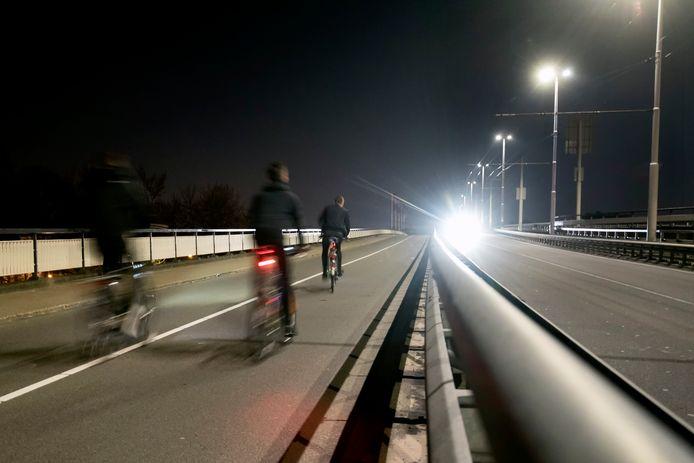 Enkele tientallen jongeren fietsten en wandelden in de nacht van zaterdag op zondag over de Nelson Mandelabrug richting Arnhem-Zuid.