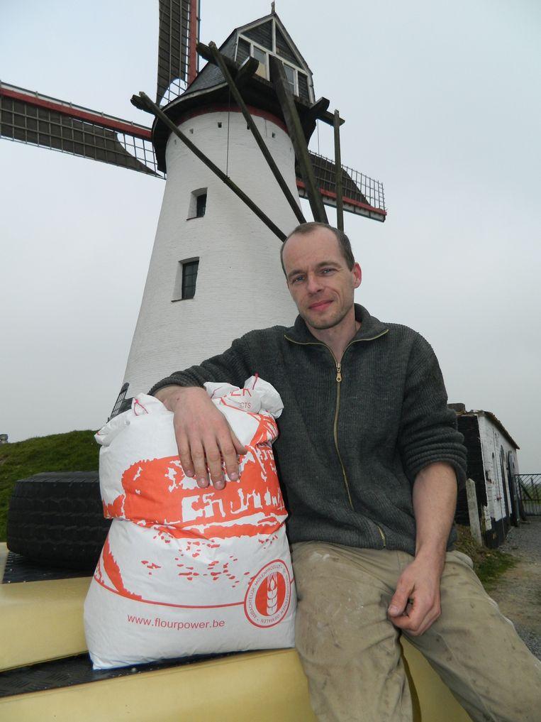 Mike Ekelschot voor de Artemeersmolen in Poeke.