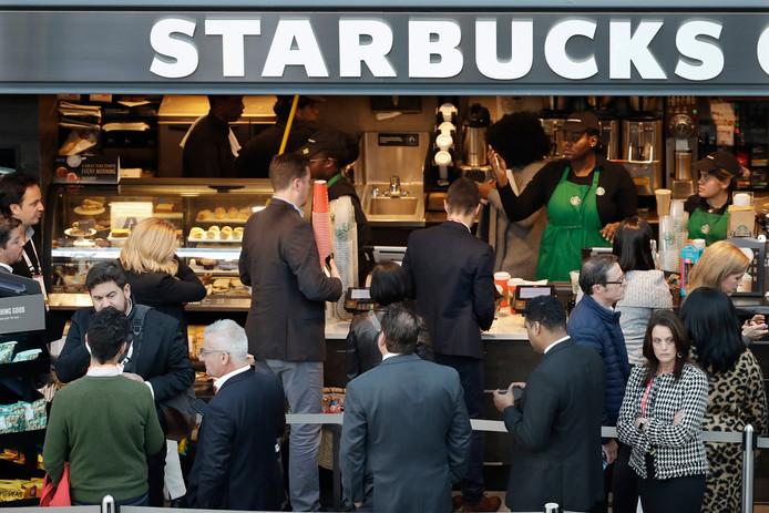 De wachttijden bij de Starbucks kunnen flink omlaag, denkt Visa.
