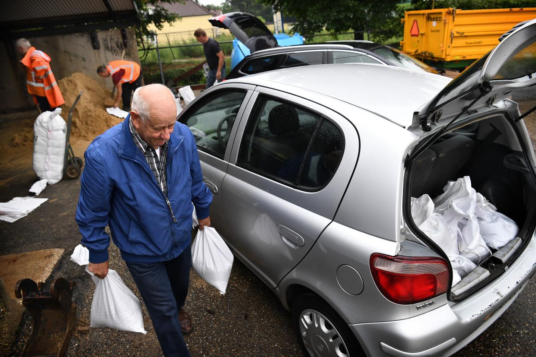 Inwoners van Hoensbroek kunnen bij de gemeentewerf gratis zandzakken ophalen. Beeld Marcel van den Bergh / de Volkskrant