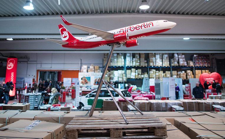 Een modelvliegtuigje van Air Berlin tijdens een tentoonstelling in veilinghuis Dechow in Hamburg. Het veilinghuis verkoopt momenteel de uitrusting van de failliet verklaarde luchtvaartmaatschappij.