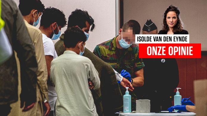 Afghaanse vluchtelingen worden na aankomst in ons land gescreend.