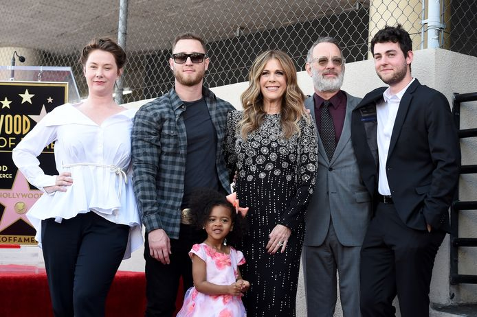 Het gezin Hanks met Chet als tweede van links, naast z'n ouders Rita Wilson en Tom Hanks.