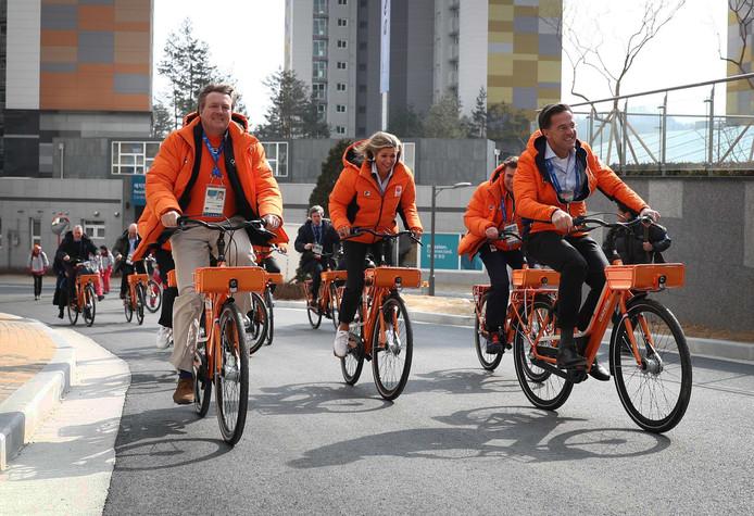 Koning Willem-Alexander, Koningin Maxima en Premier Rutte, hebben zaterdagochtend op de fiets een bezoek gebracht aan het Nederlandse team in het olympisch dorp in Zuid-Korea. Foto Matthew Lewis