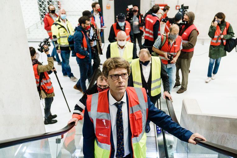 CEO Engelbert Lütke Daldrup neemt de journalisten op sleeptouw doorheen 'zijn' luchthaven.   Beeld EPA