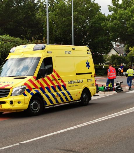 Man gewond nadat scootmobiel stoeprand raakt en omvalt in Bennekom