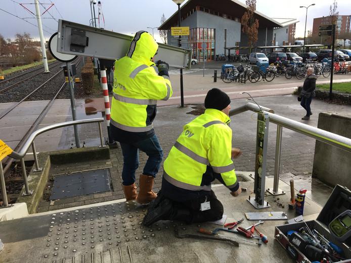 Bij de haltes in onder meer IJsselstein komen nieuwe incheckpaaltjes én kaartautomaten.