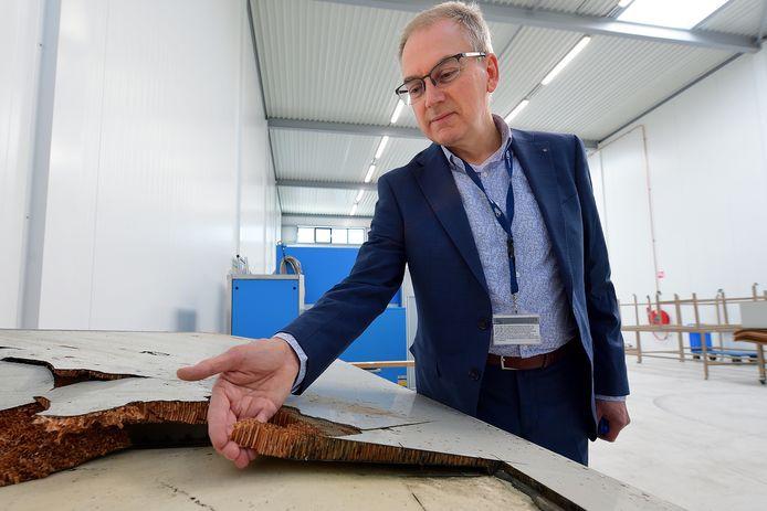 Martin Knegt bij een stuk Boeing-vleugel met het lichte maar sterke materiaal composiet, dat steeds vaker wordt gebruikt bij vliegtuigen. Zijn nieuwe bedrijf DCMC richt zich op het onderhoud van composiet en onderwijs daarin.