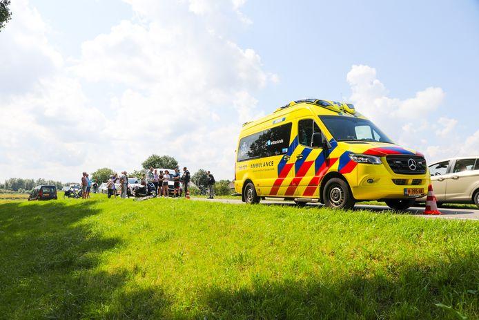 Het slachtoffer van het ongeluk op de IJsseldijk in Veessen moest naar het ziekenhuis.