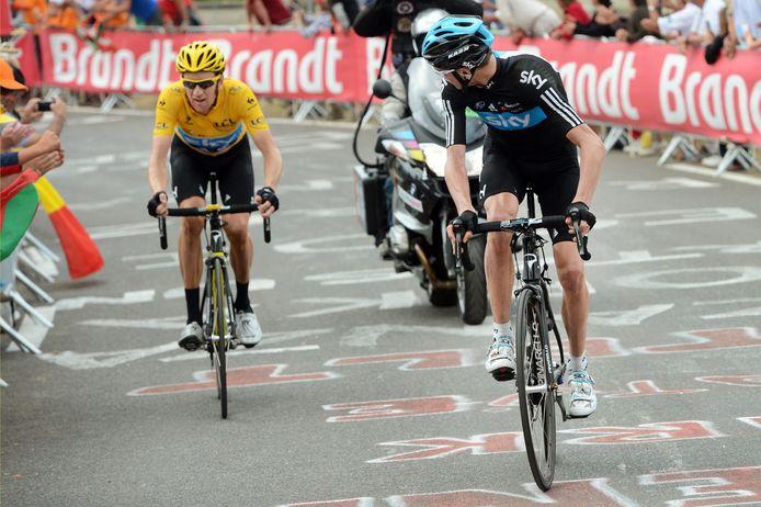 Froome (r) moet in de Tour van 2012 wachten op kopman en geletruidrager Wiggins.
