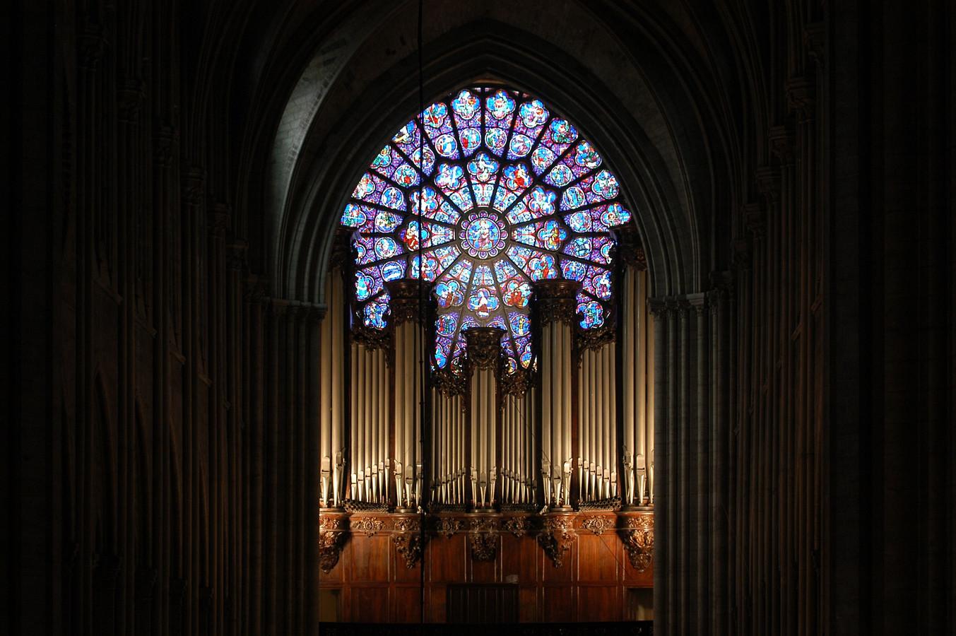 Een van de roosvensters boven het orgel.