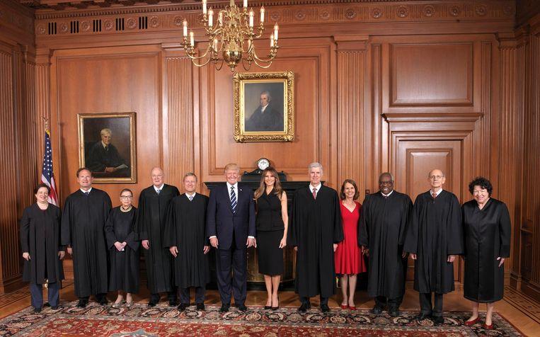 Donald en Melania Trump temidden van leden van het Hooggerechtshof. Beeld ap