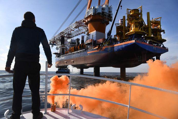De eigenaar van vissersboot 'Galaxy III' steekt een oranje noodfakkel af bij de Aeolus.