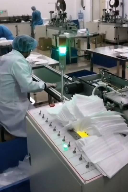 In de fabriek van Hans Poulis draaien de naaimachines voor mondkapjes op volle toeren.