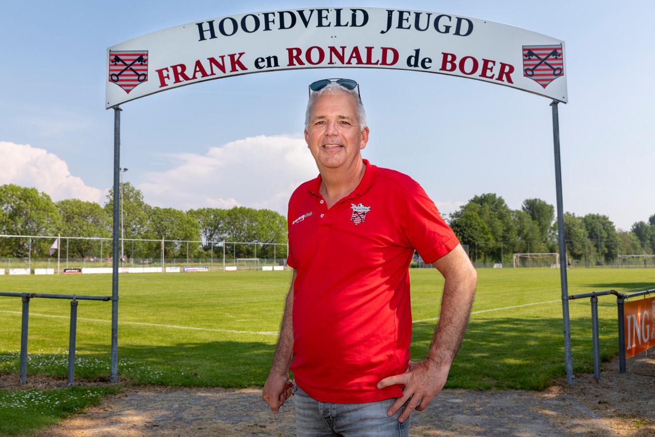 Een jeugdveld vernoemd naar de gebroeders de Boer. Op de voorgrond Cees Deen, de voorzitter van de club.