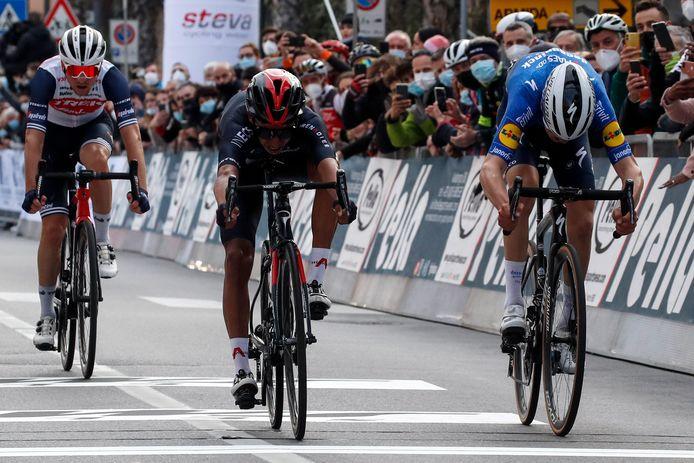 Mauri Vansevenant in de sprint tegen Egan Bernal.