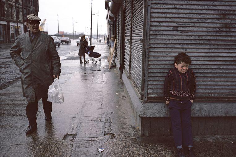 Glasgow, 1980. 'Ik voelde me altijd machteloos', zegt Douglas Stuart. 'Als kind beland je in situaties waaraan je in feite niets kunt doen.' Beeld ©Raymond Depardon / Magnum Phot