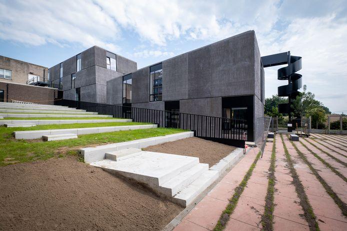 De bouw van het nieuwe gebouw voor de academies sleept aan.
