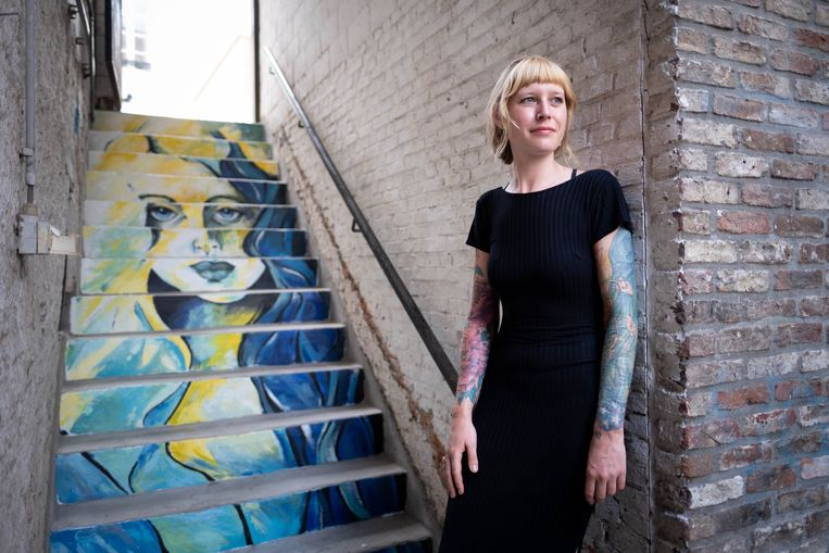 Sarah Vanden Branden bij haar kunstwerk in het waterstraatje aan café Zapoi
