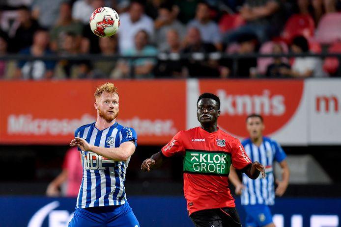 Terry Sanniez (rechts) in duel met Jort van de Sande van FC Eindhoven. De verdediger zorgde voor de assist bij de treffer van Thomas Beekman.