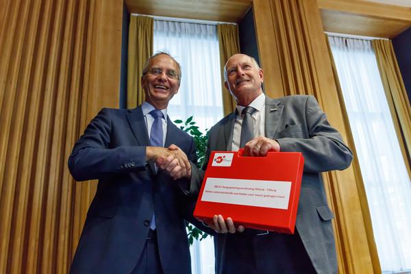 De Etten-Leurse wethouder Ron Dujardin (rechts) overhandigde namens 18 gemeenten in West-Brabant  aan minister Henk Kamp het voorkeurstraject.